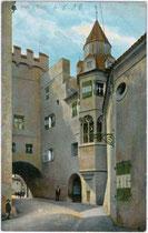 Hof der Burg HASEGG in Hall in Tirol mit dem Hasegger Tor (seit 1567 Münzertor). Kombinationsfarbdruck 9 x 14 cm; Impressum: Robert Warger, Innsbruck um 1905.  Inv-Nr. vu914kfd00017
