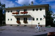 """Straßenfassade und hauseigene Parkplätze des """"Gartenhotel Putzker"""" in Hötting, Stadtgemeinde Innsbruck, Layrstraße 2. Farbnegativ 24 x 36 mm; © Johann G. Mairhofer um 1995.  Inv.-Nr. C11H42.01"""