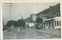 """Endhaltestelle der Lokalbahn Innsbruck-Hall in Tirol (li.), Gasthof """"Bretze"""" mit Postautohaltestelle (re.) am ehem. Franz-Josef-Platz. Gelatinesilberabzug 9 x 14 cm; Impressum: Otto Schuricht, Hall i.T., postalisch gelaufen 1933.  Inv.-Nr. vu914gs00542"""