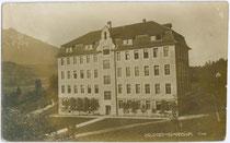 Gymnasium des Servitenklosters in Volders, Bezirk Innsbruck-Land, Tirol um 1900. Gelatinesilberabzug 9 x 14 cm ohne Impressum.  Inv.-Nr. vu914gs00093