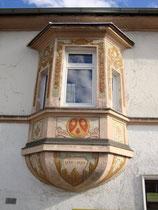 Freskierter Erker an der Westfassade vom Ansitz Dodl aus dem 18. Jhdt. in Innsbruck-Pradl, Egerdachstraße 25. Digitalphoto; © Johann G. Mairhofer 2011.  Inv.-Nr. 1DSC02373