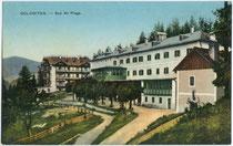 Bad Altprags, Gemeinde Prags, ehemals Bezirk Bruneck (heute Bezirksgemeinschaft Pustertal), Südtirol. Photochromdruck 9 x 14 cm; Impressum; Gerstenberger & Müller, Bozen um 1907.  Inv.-Nr. vu914pcd00319