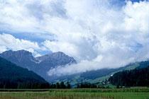 Dreifingerspitze und Piz da Peres (inoffiziell als Olanger Dolomiten bezeichnet) und rechts in Hanglage die Fraktion Geiselsberg von den Mitterolanger Feldern aus. Farbdiapositiv 24x36mm; © Johann G. Mairhofer 1998.  Inv-Nr. dc135kn0239.02_26