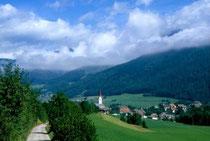 In der Länge und Pfarrkirche St. Petrus und Agnes in Niederolang. Farbdiapositiv 24x36mm; © Johann G. Mairhofer 1998.  Inv-Nr. dc135kn0239.02_15