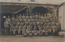 Aufstellung der 12. Kompanie Infanterie Regiment Nr. 36 in der Franzensfeste. Gelatinesilberabzug 9 x 14 cm; Impressum: Rudolf Largajolli, Kammerphotograph, Brixen 1912.  Inv.-Nr. vu914gs00591