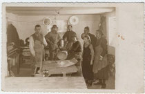 Pfannenschmiede wohl in Innsbruck um 1930. Gelatinesilberabzug 9 x 14 cm; Impressum: Toni Ebner, Grenzstraße 4, Innsbruck-Pradl. Inv.-Nr. vu914gs00069