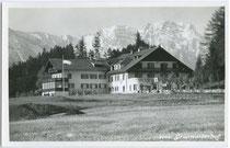"""Gasthof """"Grünwalderhof"""", zwischenzeitlich auch Jagdhof der Fürsten von Thurn und Taxis in Patsch bei Innsbruck. Gelatinesilberabzug 9x14cm; Alpiner Kunstverlag Sepp Ritzer, Müllerstr. 18/III, Innsbruck um 1930.  Inv.-Nr. vu914gs00371"""