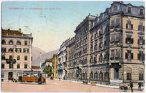 "Straßenbahntriebwagen Tw 43 am Bahnhofplatz (heute Südtiroler Platz) mit Hotel ""Tyrol"" (re., heute Neubau). Photochromdruck 9 x 14 cm; Impressum: K(arl). Redlich, Innsbruck.  Inv.-Nr. vu914pcd00104"