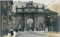 Südseite der Triumphpforte am Nordende der Leopoldstraße, erbaut 1765 anlässlich der Hochzeit Leopold II. Großherzog der Toskana. Gelatinesilberabzug 9x14cm; A. Stockhammer, Hall i. T. 1913.  Inv.-Nr. vu914gs00008