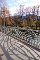 Der Sillsteg als Verbindung zwischen der König-Laurin-Straße in Dreiheiligen und dem Rapoldipark in Pradl, Stadt Innsbruck. Digitalphoto; © Johann G. Mairhofer 2011.  Inv.-Nr. 1DSC02347