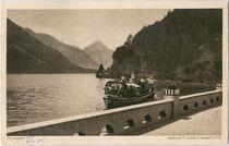 """Dampfboot der Planseeschifffahrt bei der Anlegeselle vom Hotel """"Forelle"""". Rakeltiefdruck 9 x 14 cm; Impressum: Rud. Rudolphi, Garmisch-Partenkirchen; postalisch befördert 1922.  Inv.-Nr. vu914hg00006"""