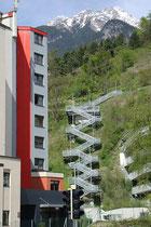 Brückenartige Stahlfreitreppe mit schwebendem Stiegenverlauf am Abhang zwischen Speckweg am oberen und Anna-Stainer-Knittel-Weg am unteren Ende vom Sonnenhang in Innsbruck-Hötting. Digitalphoto; © Johann G. Mairhofer 2016.  Inv.-Nr. 2DSC04876