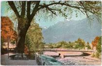 Im Jugendstil 1909 erbaute Reichsbrücke (heute Postbrücke) über die Passer vom Sandplatz nach Untermais von der Giselapromenade aus. Photochromdruck 9 x 14 cm ohne Impressum, um 1910.  Inv.-Nr. vu914fat00081
