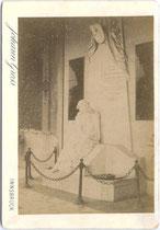 """Ehem. Gräflich Lodron'sche Grabstätte mit Skulptur """"Trauernde"""" von Andrea Malfatti (1832 Mori - 1917 Trient) im Westfriedhof von Innsbruck. Albuminabzug 16,6 x 10,6 cm (Cabinet-Format); Impressum: Robert Reiss, Innsbruck um 1890.  Inv.-Nr. vuCAB-00247"""