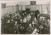 """Erste Knabenklasse 1930/31 der Volksschule Haspingerstraße, Haus Nr. 5 in Wilten (""""Haspingerschule"""", heute Bundesbildungsanstalt und Kolleg für Kindergartenpädagogik). Gelatinesilberabzug 13x18cm, kein Impressum."""