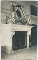 Kamin im Ansitz Reinsberg in St. Pauls-Eppan im Überetsch, bis 1919 Bzk. Bozen in der Gefürsteten Grafschaft Tirol. Gelatinesilberabzug 9 x 14 cm; Impressum: A(lfred). Stockhammer, Hall in Tirol 1911.  vu914gs00112