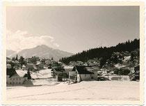 Die Hohe Munde 2.662 m.ü.A. am Ostende der Mieminger Kette der Nördlichen Kalkalpen in den Ostalpen von Seefeld in Tirol aus. Gelatinesilberabzug 7 x 10 cm, wohl Amateuraufnahme um 1965.  Inv.-Nr. Vu710gs00012