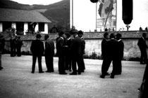 Dorfgespräche bei der Pfarrkirche zum Hl. Georg in Brandenberg, Bezirk Kufstein, Tirol. Gelatinesilbernegativ  24 x 36 mm (Kleinbildformat); © Johann G. Mairhofer 1973. Inv.-Nr. ns135noname.1_00-0