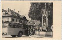 """Autobus der Österreichischen Post- und Telegraphenverwaltung auf Sonderfahrt in Südtirol, bez.: """"Bruneck 20.9.58 Ausflug nach Niederdorf"""". Gelatinesilberabzug 9x14cm, wohl Privataufnahme eines Fahrgastes. Inv.-Nr. vu914gs00012"""