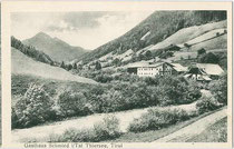 """Gasthof """"Schmiedtal"""" an der Ursprungpass-Straße am Klausbachufer, Gemeinde Thiersee, Bezirk Kufstein, Tirol. Lichtdruck 9 x 14 cm; Impressum: M. Lechner, München um 1905.  Inv.-Nr. vu914ld00226"""