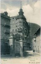 "Raingasse mit Hotel ""Bristol"" an der Kreuzung mit der Laurinstraße in Bozen . Lichtdruck 9x14 cm; J(ohann). F(ilibert). A(monn), Bozen 1906.  Inv.-Nr. vu914ld00029"