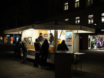 Würstelstand SIEDEPUNKT im Nordabschnitt der Maria-Theresien-Straße in Innsbruck, Innere Stadt. Digitalphoto; © Johann G. Mairhofer 2010.  Inv.-Nr. 1DSC00460