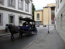 Fiakergespann in der Angerzellgasse beim Volkskunstmuseum in Innsbruck, Innere Stadt. Digitalphoto; © Johann G. Mairhofer 2012.  Inv.-Nr. 1DSC03662