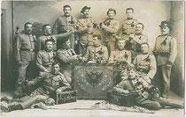 100-Tage-Feier der 2. Feldkompanie des 3. Regiments k.u.k. Tiroler Kaiserjäger in der Garnison Riva (am Gardasee) am 23.5.1910. Gelatinesilberabzug 9x14cm; kein Impressum.  Inv.-Nr. vu914gs00638