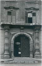 Portal des barocken Palais Tannenberg-Enzenberg in der Universitätsstraße 22-24 in Innsbruck, Innere Stadt. Gelatinesilberabzug 9 x 14 cm; Impressum A(lfred). Stockhammer, Hall in Tirol 1911.  Inv.-Nr. vu914gs00485