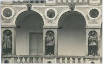 Loggia im Innenhof der Fürstbischöflichen Hofburg in Brixen. Gelatinesilberabzug 9x14cm; Rudolf Largajolli, Brixen 1911.  Inv.-Nr. vu914gs00096