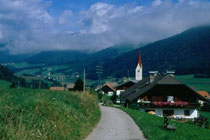 In der Länge und Pfarrkirche St. Petrus und Agnes in Niederolang. Farbdiapositiv 24x36mm; © Johann G. Mairhofer 1998.  Inv-Nr. dc135kn0239.02_13