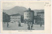 "Promenade beim Torrione Madruzziano (""la Rotonda"") in Trient, Piazza di Fiera. Lichtdruck 9x 14 cm; Impressum: B. Lehrburger, Nürnberg; postalisch befördert 1907.  Inv.-Nr. vu914ld00029"