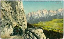 Einfahrt eines Automobils der Bauart PHAETON in den Crepatunnel bei Cortina d'Ampezzo (ladin. Anpez, dt. Hayden). Photochromdruck 9 x 14 cm; Impressum: Joh(ann). F(ilibert). Amonn, Bozen um 1910.  Inv.-Nr. vu914pcd00150