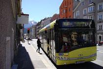 Linienbus des VVT (Verkehrsverbund Tirol) bei einem Halt an der Bushaltestelle Innstraße in St. Nikolaus, Stadtgemeinde Innsbruck. Digitalphoto; © Johann G. Mairhofer 2013.  Inv.-Nr. 1DSC06867