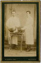 Zuckerbäcker mit Handwerksgerät (darunter u. a. Rührschüssel und Waage). Albuminabzug auf Untersatzkarton 10,6 x 6,8 cm (Visit-Format), datiert 1890; Impressum: Mathias Zipperle, Rattenberg.  Inv.-Nr. vuVIS-00067