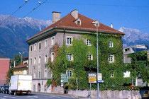 Südwestansicht der Glockengießerei Grassmayr, ehemals Ansitz STRASSFRIED in Wilten, Leopoldstraße 53. © Johann G. Mairhofer 1998.  Inv.-Nr. dc135fuRA679.1_20