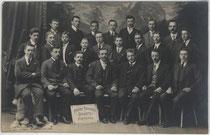 """Mannschaft des Arbeiter-Turnvereins """"Vorwärts"""" Meran, um 1910. Gelatinesilberabzug 9 x 14 cm; Impressum: A(nton). Broch, K(aiserlich). k(öniglicher). Erzh(herzoglicher). Kammerphotograph, Habsburgerstraße (heute: Freiheitsstraße) 46. Inv.-Nr. vu914gs0086"""