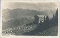 Rofanhütte (heute: Bayreuther Hütte des DAV Sektion Bayreuth) auf 1.576 m.ü.A. im Gemeindgebiet von Münster gegen die Zillertaler Alpen. Gelatinesilberabzug 9 x 14 cm ohne Impressum; postalisch befördert 1923.  Inv.-Nr.vu914gs01175
