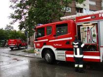 Löscheinsatz der Freiwilligen Feuerwehr Reichenau (Stadt Innsbruck) beim Wohnhaus Reichenauer Ecke Radetzkystraße am 4.8.2011. Digitalphoto; © Johann G. Mairhofer 2011.  Inv.-Nr. DSC01628