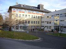 Zugangsbereich vom Öffentlichen Landeskrankenhaus Natters, In der Stille 20. Digitalphoto; © Johann G. Mairhofer 2012.  Inv.-Nr. DSC05459