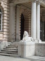 Eine der beiden Sphingen am Portal vom Hauptgebäude des  Landesmuseums FERDINANDEUM, Museumstraße 15. Digitalphoto; © Johann G. Mairhofer 2010.  Inv.-Nr. DSC00827
