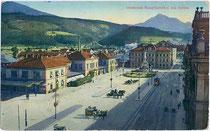 """Südbahnhof am Bahnhofplatz (heute: Südtiroler Platz) Nr. 7 und Haltestelle der L.B.I.H.i.T. (Localbahn Innsbruck-Hall i.T.), bez.: """"(1)915. VII. (19)19."""" Photochromdruck 9 x 14 cm. Impressum: Wilhelm Stempfle, Innsbruck.  Inv.-Nr. vu914pcd00101"""