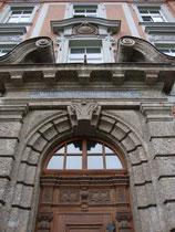 Portal im Mittelrisalit vom Akademischen Gymnasium in Innsbruck, Angerzellgasse 14 (errichtet 1909/10). Digitalphoto, © Johann G. Mairhofer 2012.  Inv.-Nr. 1DSC04247
