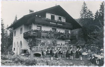 """Auftritt des """"TGV Schlernhexen"""" aus Innsbruck bei der Pension """"Waldheim Hubertus"""" in Brandenberg, Bezirk Kufstein, Tirol um 1950. Gelatinesilberabzug 9 x 14 cm ohne Impressum, um 1950.  Familienarchiv des Verfassers"""
