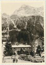 Talstation der 1926 erbauten alten Tiroler Zugspitzbahn - seit 1991 durch Neubau mit zwei 100-Personen-Kabinen betrieben - in Ehrwald, Bezirk Reutte, Tirol zur Wintersaison. Gelatinesilberabzug 7 x 10 cm, Amateuraufnahme um 1965.  Inv.-Nr. vu710gs00010