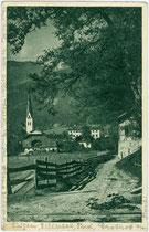 """""""Fügen beim Bräu"""" mit Pfarrkirche Mariae Himmelfahrt. Heliogravüre 9 x 14 cm; Impressum: Verlag Heinz Tomaseth, Fügen um 1925.  Inv.-Nr. vu914hg00048"""