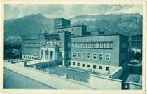 Städtisches Hallenbad in der Amraser Straße 3 in Innsbruck-Pradl, nach Plänen von Arch. Fritz Konzert 1928/29 erbaut. Rastertiefdruck 9 x 14 cm; Impressum: Karl Dornach, Innsbruck 1929.  Inv.-Nr. vu914rtd00037
