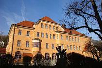 In den Jahren 1914/15 im Heimatstil errichtete Volksschule in Hötting, Stadtgemeinde Innsbruck, Schulgasse Nr. 4. Digitalphoto; © Johann G. Mairhofer 2014.  Inv.-Nr. 2DSC01944