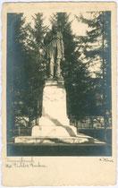 """Denkmal für den """"deutschen Dichter"""" Adolf Pichler auf dem nach ihm benannten Platz um 1920. Gelatinesilberabzug 9x14cm; A(dolf). Künz, Innsbruck.  Inv.-Nr. vu914gs00089"""