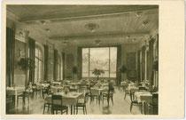 """Speisesaal im ehemaligen Hotel """"Tyrol"""" (im 2. Weltkrieg zerbombt) mit Ausblick auf die Nordkette. Autotypie 9 x 14 cm; Impressum: Kunstdruck Deyhle, Stuttgart um 1920.  Inv.-Nr. vu914at00025"""